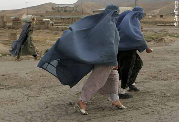 Afghan women clad in burqa, walk on a street in a windy day in Kabul, Afghanistan, on Friday, May 18, 2007. ( Photo/Farzana Wahidy)