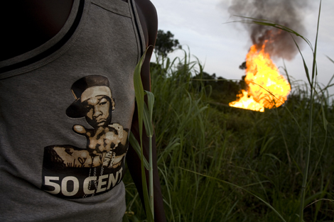 Unemployed local youths hang out around the Etelebou Flow Station in the Niger Delta. ©Ed Kashi